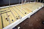 AMSTERDAM - Langs het Amsterdam-Rijnkanaal leggen medewerkers van bouwcombinatie CFE Nederland en Victor Buyck Steel Construction de laatste hand aan de nieuwe oostelijke oeververbinding voor IJburg: de Brug 2007. Het 150 meter lange en 24 meter hoge stalen gevaarte is het afgelopen jaar langs het kanaal opgebouwd en wordt binnenkort met pontons en kranen op zijn plek getild. De door Quist Wintermans Architecten en Ingenieursbureau Amsterdam ontworpen brug kost ruim 25 miljoen euro en moet in het voorjaar van 2013 klaar zijn. COPYRIGHT TON BORSBOOM