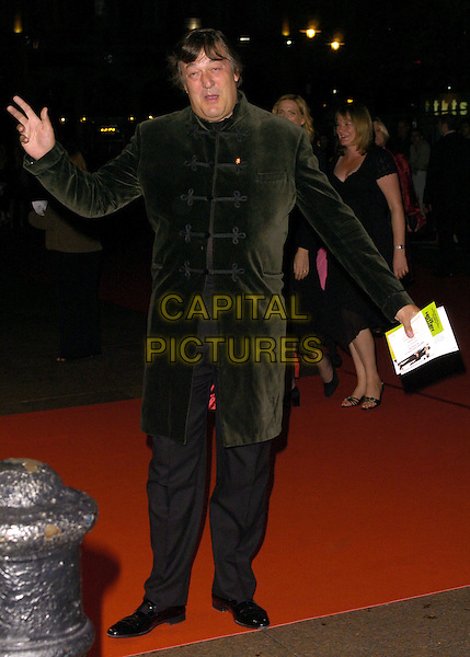 """STEPHEN FRY.Royal World Premiere of """"History Boys"""",.Odeon West End, London, England, October 2nd 2006..full length green jacket steven funny hand arm.Ref: CAN.www.capitalpictures.com.sales@capitalpictures.com.©Can Nguyen/Capital Pictures"""