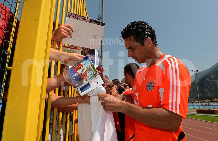 Fussball 1. Bundesliga:  Saison  Vorbereitung 2012/2013     Trainingslager des FC Bayern Muenchen 19.07.2012 Claudio Pizarro schreibt fuer die Fans Autogramme