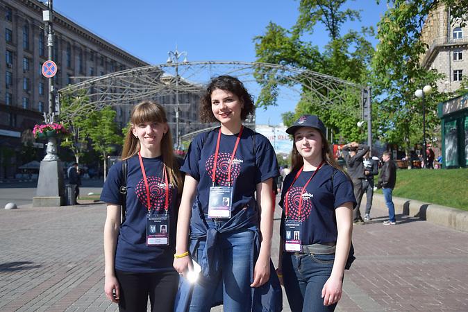 ESC Vorbericht, ein paar Tage vor dem ESC in der Innenstadt von Kiew:<br />Drei Frewilligen des ESC auf der Kiewer Hauptstraße Hreschtschatyk, von li. nach re.: Tanya Koval (20), Olena Klyuyeva (18), Tanya Vlasenko (18).