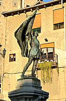 Juan Bravo: SPANIEN, KASTILIEN LEON, SEGOVIA, 30.07.2011: Standbild, Bronze, Juan Bravo, Nationalheld, Freiheitskaempfer, Fahne, Ruestung, Calle juan bravo, plaza, Segovia, Kastilien und Leon, Spanien,  Altstadt Europa,  UNESCO Weltkulturerbe Welterbe, Platz, Balkon, Blumen, .c o p y r i g h t : A U F W I N D - L U F T B I L D E R . de.G e r t r u d - B a e u m e r - S t i e g 1 0 2, .2 1 0 3 5 H a m b u r g , G e r m a n y.P h o n e + 4 9 (0) 1 7 1 - 6 8 6 6 0 6 9 .E m a i l H w e i 1 @ a o l . c o m.w w w . a u f w i n d - l u f t b i l d e r . d e.K o n t o : P o s t b a n k H a m b u r g .B l z : 2 0 0 1 0 0 2 0 .K o n t o : 5 8 3 6 5 7 2 0 9. V e r o e f f e n t l i c h u n g  n u r  m i t  H o n o r a r  n a c h M F M, N a m e n s n e n n u n g  u n d B e l e g e x e m p l a r !...