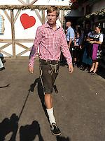 FUSSBALL   1. BUNDESLIGA   SAISON 2011/2012    Die Mannschaft des FC Bayern Muenchen besucht das Oktoberfest am 02.10.2011 Holger Badstuber (FC Bayern Muenchen)