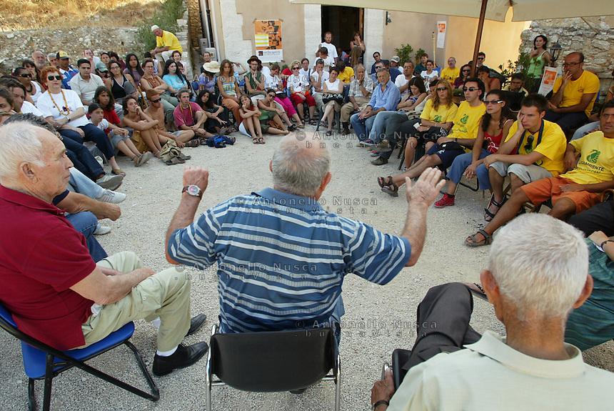 Portella della Ginestra, luglio 2005, Alcuni testimoni della strage di Portella della Ginestra, durante il loro racconto del massacro ai giovani intervenuti alla festa della 48 ore contro la mafia, all'Agriturismo Placido Rizzotto