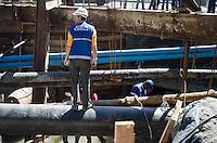 RIO DE JANEIRO, RJ, 29.04.2014 - OBRAS BRT - Obra do BRT Transcarioca rompeu uma tubulação de água da Cedae na Rua Albano, em Jacarepaguá, na zona oeste do Rio de Janeiro, nesta terça-feira (29). (Foto: Tercio Teixeira / Brazil Photo Press).