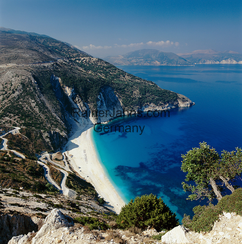 Greece, Cephalonia (Ionian island), Myrtos Beach and Bay: pebble stone beach, Nr. 6 of Europe's  Top-Ten-Beaches in Europa, World's best beaches Nr.5 | Griechenland, Kefalonia (Ionische Insel), Myrtos Beach: Kieselstrand in gleichnamiger Bucht, die Nr. 6 der Top-Ten-Straende in Europa, World's best beaches Nr.5