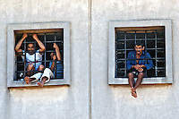 Presidiarios nas celas da Casa de Detençao. Sao Paulo. 1985. Foto de Juca Martins.