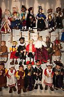 Tschechien, Boehmen, Prag: traditionelle Tschechische Marionetten als Mitbringsel | Czech Republic, Bohemia, Prague: Traditional Czech Marionettes in souvenir shop