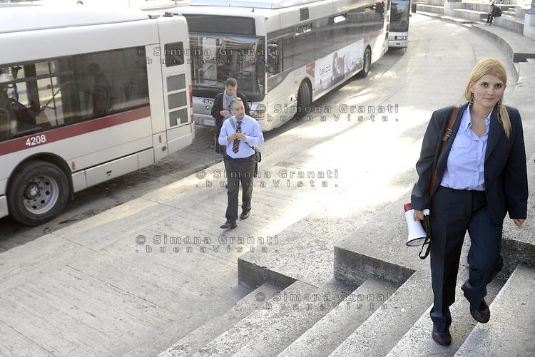 Roma, 6 Novembre 2013<br /> Manifestazione degli autisti e delle autiste dell'ATAC contro le politiche dell'azienda, gli straordinari imposti e per denunciare la carenza di organico.<br /> Centinaia di autisti e autiste autorganizzati ,  rifiutano gli straordinari e rimangono in piazza per protesta, contestando anche la politica dei sindacati .<br /> Nella foto Micaela Quintavalle a capeggiare la protesta spontanea