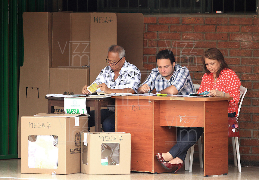 BUCARAMANGA -COLOMBIA. 09-03-2014. Aspecto de las elecciones parlamentarias en Bucaramanga, Colombia, hoy 9 de marzo de 2014.  los colombianos elegirán por voto directo en las urnas 102 nuevos miembros del Senado de la República, 166 representantes a la Cámara de Representantes y 5 representantes al Parlamento Andino./ Aspect of the parliamentary elections in Bucaramanga, Colombia, today March 9, 2014. Colombians will elect by direct vote at the polls 102 new members of the Senate, 166 representatives to the House of Representatives and five representatives to the Andean Parliament. Photo: VizzorImage/ Duncan Bustamante / Str