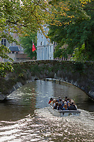 Belgique, Flandre Occidentale, Bruges, centre historique classé Patrimoine Mondial de l'UNESCO  Promenade en bateau , excursion touristique sur les canaux de la vieille ville //  Belgium, Western Flanders, Bruges, historical centre listed as World Heritage by UNESCO, Boat, sightseeing tour on the canals of the old city