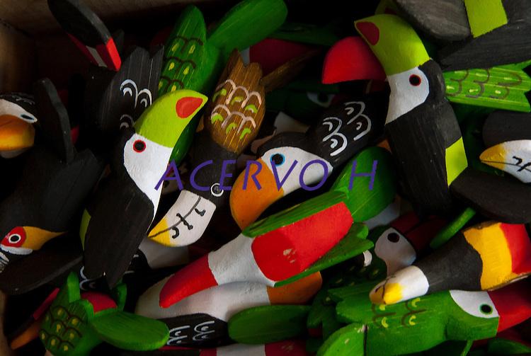Artes&atilde;o trabalha na produ&ccedil;&atilde;o dos mais variados brinquedos de miriti  como bichos , barcos, p&aacute;ssaros... uma fibra leve da palmeira tamb&eacute;m conhecida como Buriti e chamada de isopor da Amaz&ocirc;nia &eacute; usado tradicionalmente na fabrica&ccedil;&atilde;o de objetos vendidos durante o per&iacute;odo do c&iacute;rio para pagamento de promessas ou objeto de decora&ccedil;&atilde;o.<br /> <br /> conhecida como coqueiro-buriti, buritizeiro, miriti, muriti, muritim, muruti, palmeira-dos-brejos, carand&aacute;-gua&ccedil;u e caranda&iacute;-gua&ccedil;u <br /> Par&aacute;, Brasil<br /> Foto Paulo Santos