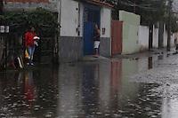 MOGI DAS CRUZES,SP,TERÇA FEIRA 24 DE JANEIRO DE 2012,CHUVA CAUSA ALAGAMENTOS EM MOGI DAS CRUZES SP,Apos chuva rapida que caiu sobre a regiao de Mogi das Cruzes na grande SP ruas como a Senday  no bairro Ponte grande ficou alagada na tarde desta terça(24),FOTO:WARLEY LEITE