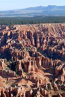 4415 / Hoodoos: AMERIKA, VEREINIGTE STAATEN VON AMERIKA, UTAH,  (AMERICA, UNITED STATES OF AMERICA), 2.06.2006: Der Bryce-Canyon-Nationalpark liegt im Suedwesten Utahs in den Vereinigten Staaten. Innerhalb des Nationalparks befindet sich der eigentliche Bryce Canyon, der trotz seines Namens kein Canyon im eigentlichen Sinne, sondern ein natuerliches Amphitheater darstellt. Der Bryce Canyon entstand durch Erosion an der oestlichen Seite des Paunsaugunt-Plateaus. Er unterscheidet sich von anderen Canyons durch seine einzigartigen geologischen Strukturen, die Hoodoos, welche durch Wind, Wasser und Eis aus den Sedimenten geformt werden. Die roten, orangefarbenen und wei&szlig;en Sedimente bieten einmalige Aussichten.<br /><br />Der Bryce-Canyon-Nationalpark befindet sich in einer Hoehe von 2400 bis 2700 Metern und liegt damit wesentlich hoeher als der nahe gelegene Zion-Nationalpark oder der Grand-Canyon-Nationalpark.<br /><br />Der Park wurde um 1850 von weissen Siedlern besiedelt und erhielt seinen Namen von Ebenezer Bryce, der sich um 1875 dort niederliess. Der Nationalpark wurde 1924 zum National Monument und 1928 zum National Park erklaert. Heute besuchen zwischen 800.000 bis eine Million Besucher jaehrlich den Park.