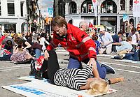 Nederland - Amsterdam -  2017.  Het Rode Kruis deed zaterdag 9 september een poging het wereldrecord grootste EHBO-les te verbreken. Het record is helaas niet gehaald. Prins Pieter-Christiaan, vicevoorzitter van het Nederlandse Rode Kruis, legt een deelnemer in de stabiele zijligging.     Foto Berlinda van Dam / Hollandse Hoogte