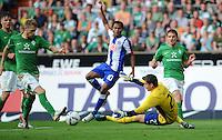 FUSSBALL   1. BUNDESLIGA   SAISON 2011/2012    7. SPIELTAG SV Werder Bremen - Hertha BSC Berlin                   25.09.2011 Aaron HUNT (li) und Sebastian MIELITZ (re, beide Bremen) retten den Schuss von RAFAEL (hinten, Berlin)