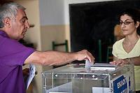 Atene,17 giugno 2012 elezioni politiche nazionali: un uomo inserisce la scheda nell'urna osservato dalla scrutatrice in un seggio della citt&agrave;.<br /> Athens, June 17, 2012 national elections, voting<br /> Ath&egrave;nes, Juin 17, 2012 &eacute;lections nationales, les bureaux de vote