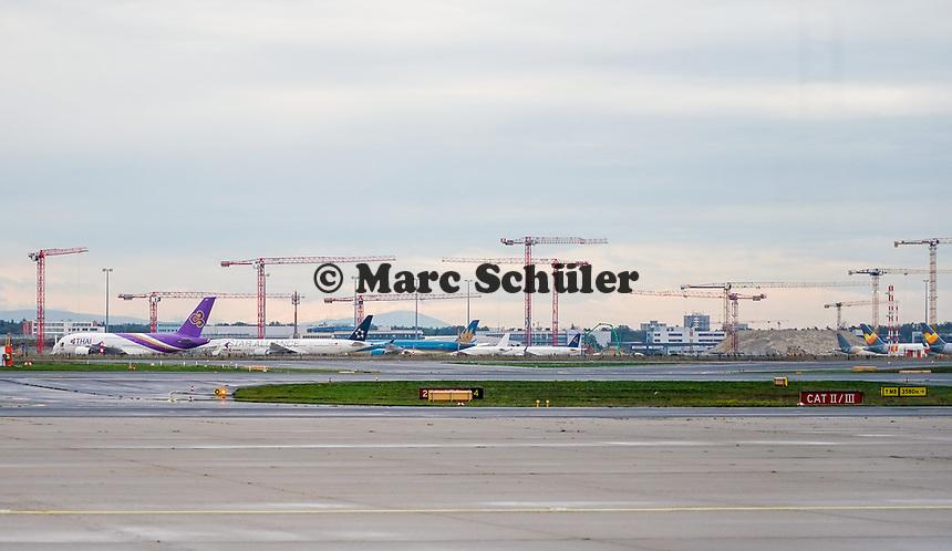 Flugzeuge parken an der Baustelles des Terminal 3 am Frankfurter Flughafen - Frankfurt 16.10.2019: Eichwaldschule Schaafheim am Frankfurter Flughafen
