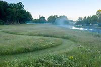 France, Maine-et-Loire (49), Brissac-Quincé, château de Brissac, jeu d'allées dans la prairie etruisseau de Montayer le matin