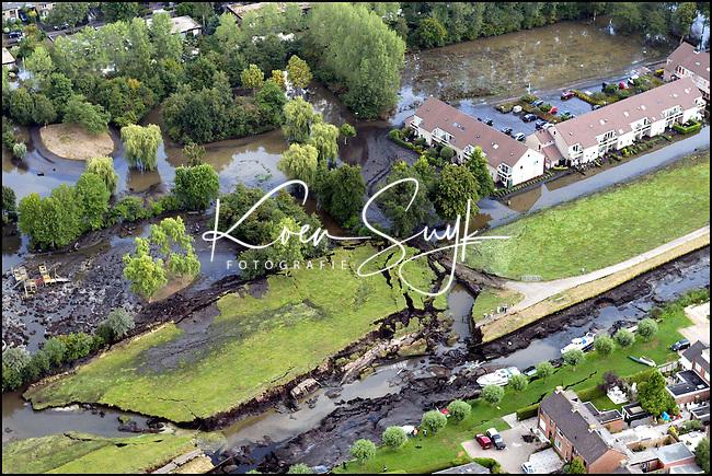 26/8/2003- Wilnis-Koen Suyk: Dijkbreuk zorgde voor veel overlast in het anders zo rustige dorp