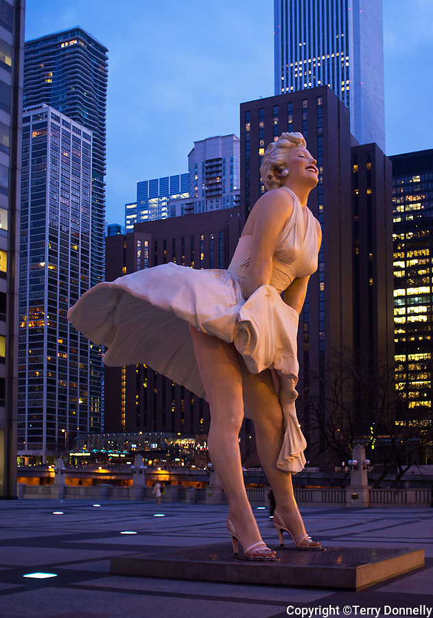 Chicago, Illinois<br /> Sculpture of Marilyn Monroe and the city skyline at dusk
