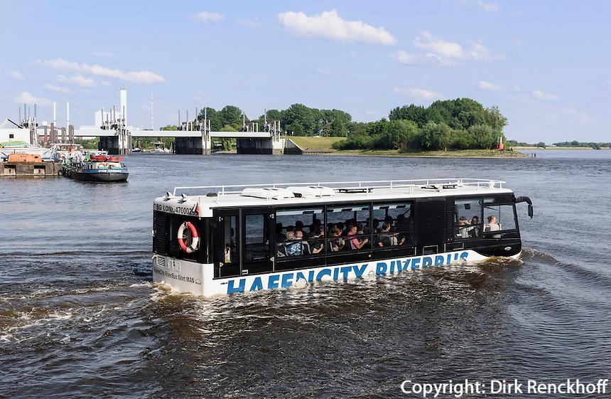 Hafencity Riverbus f&auml;hrt  f&uuml;r Hafenrundfahrt in den Entenwerder Zollhafen in Rotheburgsort, Hamburg, Deutschland<br /> Hafencity Riverbus enters Entenwerder customs port for guide port tour in Rothenburgssort, Hamburg, Germany