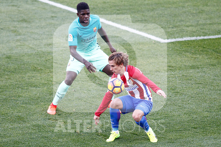 Atletico de Madrid's Antoine Griezmann (r) and FC Barcelona's Samuel Umtiti during La Liga match. February 26,2017. (ALTERPHOTOS/Acero)