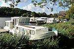 Habitations fluviales (péniches) sur la Mayenne à Chenillé-Changé (Maine et Loire).