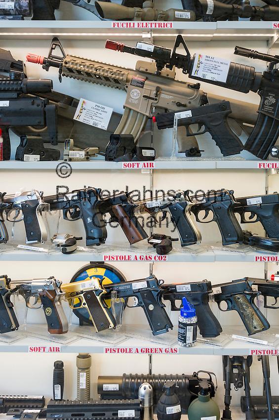 Republic of San Marino, San Marino City: small arms and automatic weapons for sale | Republik San Marino, San Marino Stadt: Handfeuerwaffen werden zum freien Verkauf angeboten