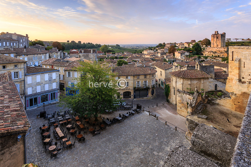 France, Gironde (33), Saint-Émilion, classé Patrimoine Mondial de l'UNESCO, la place principale le matin // France, Gironde, Saint Emilion, listed as World Heritage by UNESCO, the main square in the morning