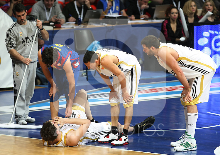 Real Madrid's Ante Tomic injured, Felipe Reyes (r), Pablo Prigioni (c) a and FC Barcelona's Ricky Rubio (l) during Euroleague Basketball match. March 30, 2010. (ALTERPHOTOS/Acero)