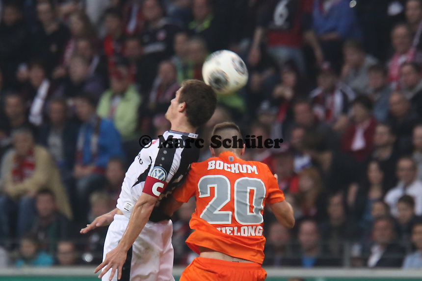 Kopfball Sebastian Jung (Eintracht) gegen Piotr Cwielong (Bochum) - Eintracht Frankfurt vs. VfL Bochum, Commerzbank Arena, 2. Runde DFB-Pokal