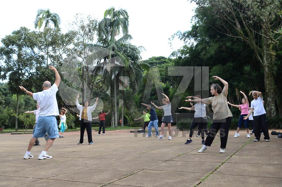 SAO PAULO, 04 DE ABRIL DE 2013 - CAMINHADA PARE A DOR - Grupo durante sessão de Tai Chi Chuan, no Parque do Ibirapuera, região sul da capital, na manha desta quinta feira, 04. O Tai Chi Chuan faz parte das atividades físicas e meditação da Caminhada Pare a Dor, que acontece todos as quintas feiras no Parque e busca promover saúde e melhor qualidade de vida.  (FOTO: ALEXANDRE MOREIRA / BRAZIL PHOTO PRESS)