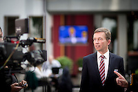 Bernd Lucke, Parteivorsitzender der AfD geht am Montag (15.09.14) in Berlin nach einer Pressekonferenz zu den Landtagswahlen in Th&uuml;ringen und Brandenburg zu weiteren Statements.<br /> Foto: Axel Schmidt/CommonLens