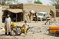 NIGER Maradi, selling of drinking water in Slum / NIGER Maradi Wasserverkauf in einem Slum