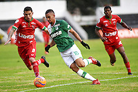 TUNJA -COLOMBIA, 25-02-2017. Uvaldo Luna (Izq) jugador de Patriotas FC disputa el balón con Daniel E. Giraldo (Der) jugador de Deportivo Cali durante partido por la fecha 6 de la Liga Águila I 2017  realizado en el estadio La Independencia en Tunja. / Uvaldo Luna (L) player of Patriotas FC fights for the ball with Daniel E. Giraldo (R) player of Deportivo Cali during match for the date 6 of Aguila League I 2017 at La Independencia stadium in Tunja. Photo: VizzorImage/César Melgarejo/Cont