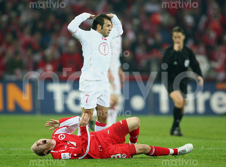 Fussball International WM Qualifikation Schweiz 2-0 Tuerkei Ludovic Magnin (SUI,Boen) gegen Okan Buruk (TUR)