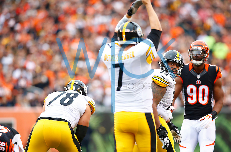 Ramon Foster #73 of the Pittsburgh Steelers stands up and looks back at Ben Roethlisberger #7 of the Pittsburgh Steelers at the line of scrimmage against the Cincinnati Bengals during the game at Paul Brown Stadium on December 12, 2015 in Cincinnati, Ohio. (Photo by Jared Wickerham/DKPittsburghSports)