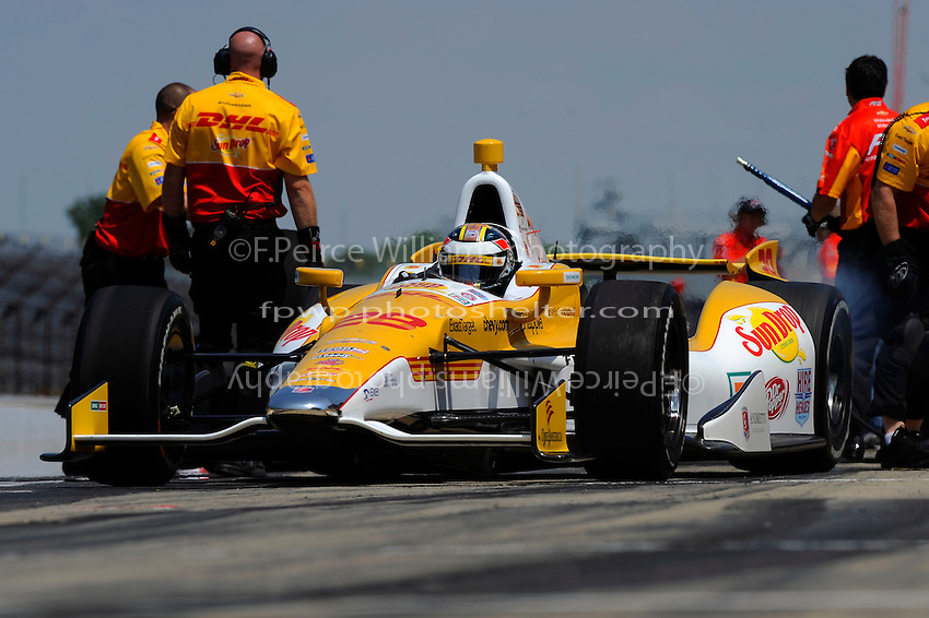 Ryan Hunter-Reay (#28) and crew practice pit stops.