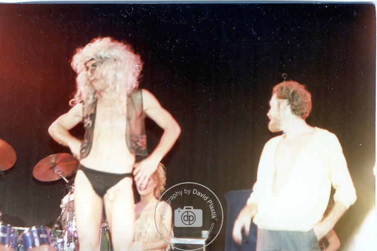 Fee Waybill & Vince Welnick of he Tubes live in NY in 1981.