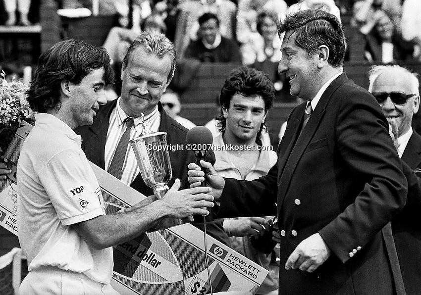 1988, Hilversum, Dutch Open, Melkhuisje, Sanchez ontvangt de beker uit handen van Wallis de Vries midden finalist Perez Roldan en 2e van links Maurice Hermans met de check