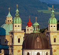 Oesterreich, Salzburger Land, Salzburg, Skyline mit Tuermen und Kuppel des Doms bei Sonnenuntergang | Austria, Salzburger Land, Salzburg, Skyline with cathedral's towers and dome at sunset
