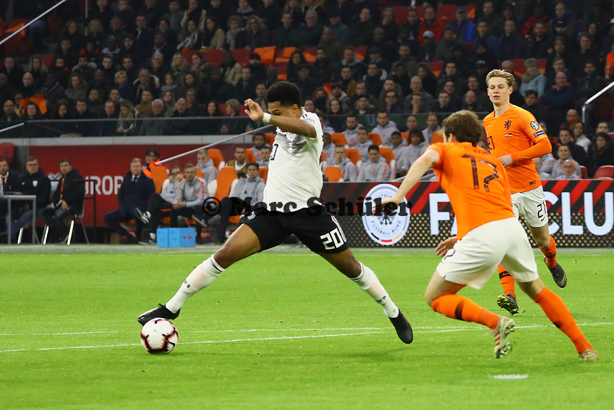 Serge Gnabry (Deutschland Germany) gegen Luuk de Jong (Niederlande) - 24.03.2019: Niederlande vs. Deutschland, EM-Qualifikation, Amsterdam Arena, DISCLAIMER: DFB regulations prohibit any use of photographs as image sequences and/or quasi-video.