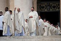 Preti in Piazza San Pietro prima della cerimonia di canonizzazione. Priests attend the canonization ceremony in St. Peter's Square at the Vatican.