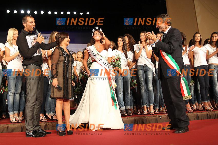 Montecatini Terme 25/8/2011.Le ragazze finaliste di Miss Italia 2011 durante la presentazione al Teatro Verdi.Fabrizio Frizzi Patrizia Mirigliani Francesca Testasecca sindaco Giuseppe Bellandi.Foto Insidefoto Paolo Nucci