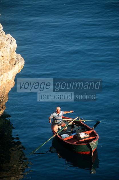 Europe/Italie/La Pouille/Polignano a Mare: Pécheurs en barque