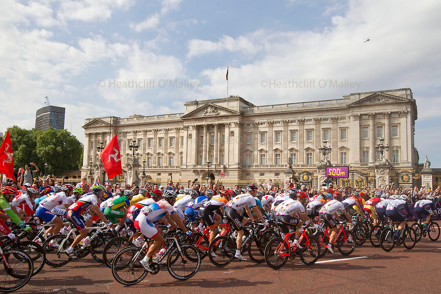 Mcc0041438 . Daily Telegraph..DT Sport..The cycling teams head off past Buckingham Palace at the start of their 250km road race which takes in south London and Surrey and finishes on The Mall..28 July 2012.