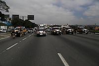 SAO PAULO, SP, 11/07/2013, INTERDIÇÃO ROD. DUTRA. NO inicio da tarde dessa quinta-feira(11) a Policia Rodoviaria Federal, interditou a Rodovia Dutra altura do KM 220 devido a uma manifestação que acontecia na pista local sentido Rio de Janeiro.    LUIZ GUARNIERI/ BRAZIL PHOTO PRESS