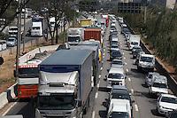 FOTO EMBARGADA PARA VEICULOS INTERNACIONAIS. SAO PAULO, SP, 17/09/2012, TRANSITO.  A Marginal Tiete apresenta transito intenso na manha dessa Segunda feira (17). Luiz Guarnieri/ Brazil Photo Press