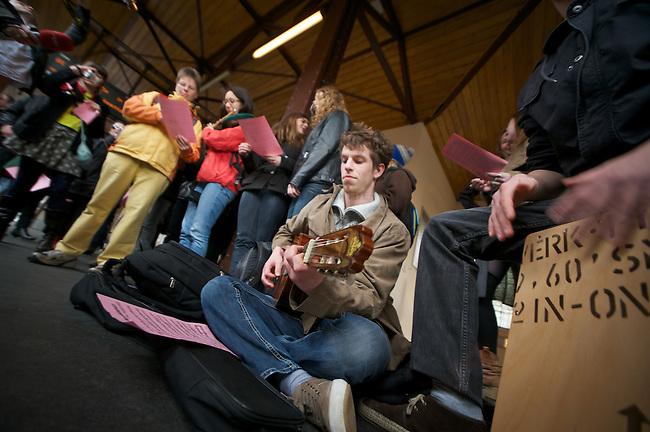Mit einem Flash Mob machten am Mittwoch den 25. April 2012 mehrer dutzend Unterstuerzer des Grips-Theaters auf die drohnde Schliessung des freien Theaters aufmerksam. Sie versammelten sich auf dem Bahnsteig des U-Bahnhof Schlesisches Tor der Linie 1 und sangen den Titelsong aus dem Theaterstueck Linie 1. Das Theaterstueck Linie 1 ist das wohl bekannteste Theaterstueck des Grips-Theaters. Es wurde verfilmt und weltweit aufgefuehrt.<br /> 25.4.2012, Berlin<br /> Copyright: Christian-Ditsch.de<br /> [Inhaltsveraendernde Manipulation des Fotos nur nach ausdruecklicher Genehmigung des Fotografen. Vereinbarungen ueber Abtretung von Persoenlichkeitsrechten/Model Release der abgebildeten Person/Personen liegen nicht vor. NO MODEL RELEASE! Nur fuer Redaktionelle Zwecke. Don't publish without copyright Christian-Ditsch.de, Veroeffentlichung nur mit Fotografennennung, sowie gegen Honorar, MwSt. und Beleg. Konto: I N G - D i B a, IBAN DE58500105175400192269, BIC INGDDEFFXXX, Kontakt: post@christian-ditsch.de<br /> Bei der Bearbeitung der Dateiinformationen darf die Urheberkennzeichnung in den EXIF- und  IPTC-Daten nicht entfernt werden, diese sind in digitalen Medien nach &sect;95c UrhG rechtlich geschuetzt. Der Urhebervermerk wird gemaess &sect;13 UrhG verlangt.]