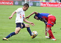 PASTO -COLOMBIA, 02-04-2016. Luis Mosquera (Der) jugador del  Deportivo Pasto disputa un balón con John Hernandez (Izq) jugador de Independiente Medellín durante partido por la fecha 11 de la Liga Águila I 2016 jugado en el estadio La Libertad de Pasto./ Luis Mosquera (R) player of Deportivo Pasto vies for the ball with John Hernandez (L) player of Independiente Medellin for the date 11 of Aguila League I 2016 played at La Libertad stadium in Pasto. Photo: VizzorImage / Leonardo Castro / Cont